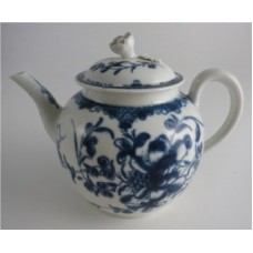 First Period Worcester Teapot, Cover with Flower Finial, Painted Underglaze Blue with the 'Mansfield' Pattern, c1765-75